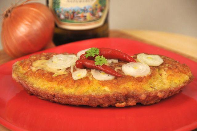 1 plátek chleba, 1 vejce, bramborové lupínky, sůl, olivový olej, dijonská hořčice, 1/2 cibule, feferonky