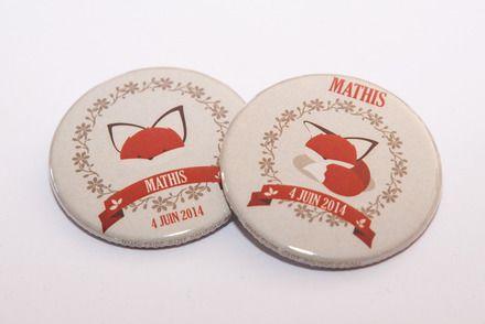 Badges format 45 mm - personnalisables avec la date et le prénom de l'enfant. Bonne idée cadeau pour les baptêmes, communions ou les naissances. Les badges sont en vente par q - 17777224