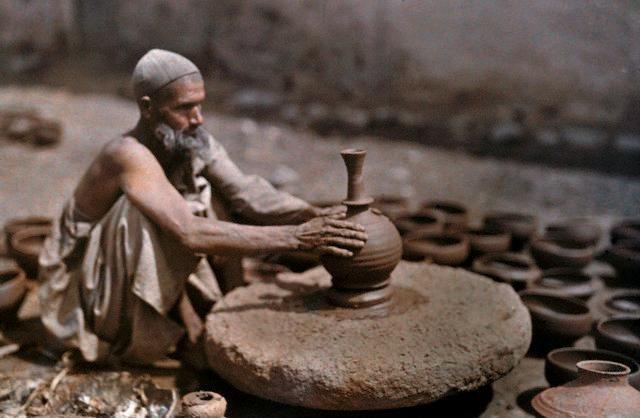 38. Srinagar, India (ca 1929): Alfarero torneando sobre una rueda-bloque con alto momento de inercia, impulsada probablemente con un palo. Foto de Franklin Price Knottpublicada en National Geographic en octubre de 1929