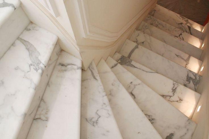 #Marmor #Treppen zeichnen sich durch ein zeitloses und imposantes Design aus.   http://www.maasgmbh.com/naturstein_marmor_treppen
