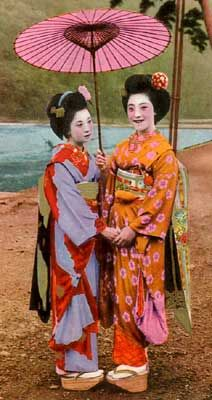 First of all, age is different at all. Graduated from elementary school at prewar days and at the same time preparation and I to went. After World War II into the graduated from the junior high school or high school graduation year. There is difference of at least three years. Maiko at prewar days at 18-year-old Geisha, said.