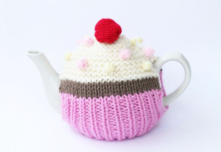 Free knitting pattern for a cupcake tea cosy. This pattern will be great for beginners and seasoned knitters.
