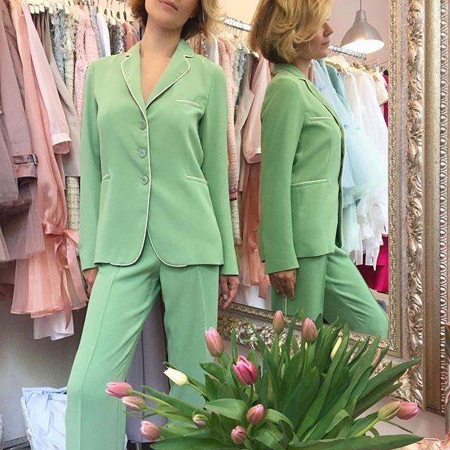 """Роскошная @katyarizo в брючном костюме из поливискозы с кантом на подкладке из шёлкового батиста. Стоимость: 25 000₽. Цвета: зелёный, пыльно-розовый, лиловый, светло-серый. Идеально для лета в """"нестрогий"""" офис и для красивой жизни ;-) 🌿🥂 Примерить: в @dramastore_by_nc или по доставке. #littledrama_by_nc #костюм #костюмскантом #костюмвофис #брючныйкостюм #пижамныйкостюм 🌿💚Больше фотографийтой модели #ld_suit_pct"""