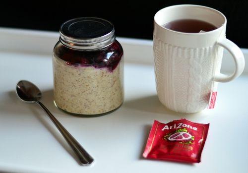 Lag havregrøt uten å koke. Tilsett bær. La det stå i glass eller skål i kjøleskapet over natta. Ferdig neste morgen. Oppskriften fins på http://bakekona.blogg.no/frokost.html