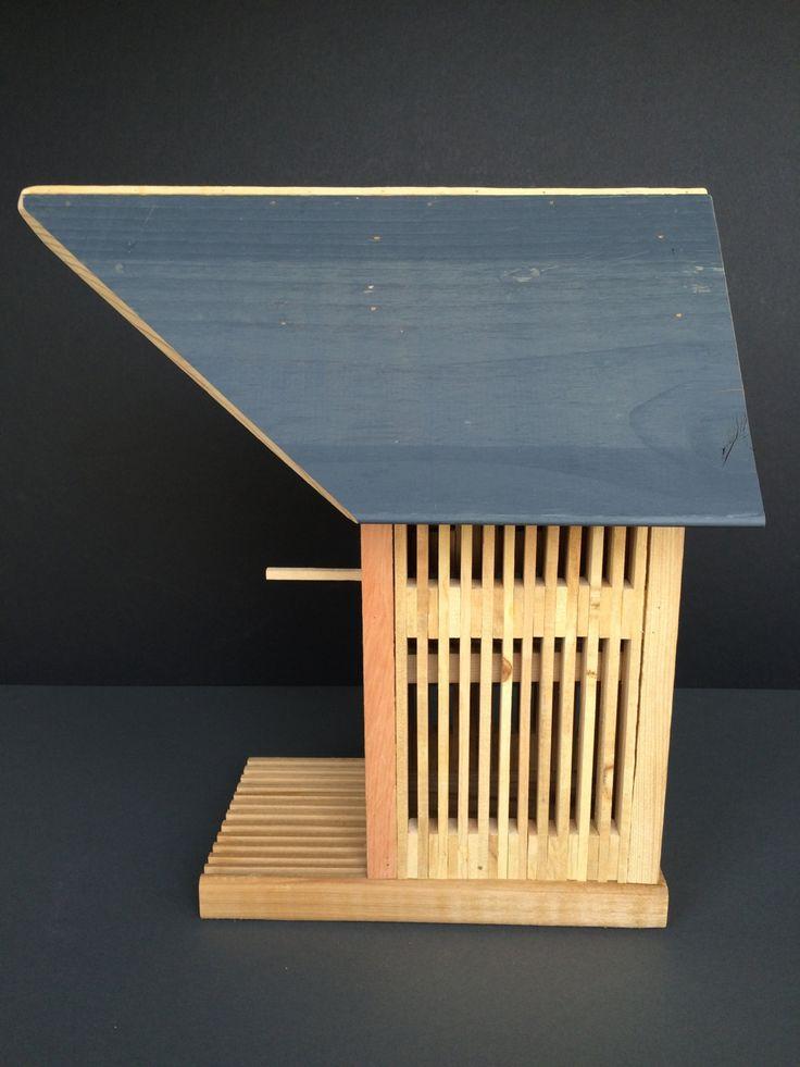Ma main « bâton construit Birdhouse » fait entièrement de cèdre  -Moderne ressemblent à aucune autre nichoir sur internet  -Construit dans le sol fait pour 1 ami à plumes  -Cale collé et cloué sur place  -Idéal pour la décoration intérieure ou extérieure  -Peut être placé sur une Table, le manteau, la plateforme extérieure, ou peut être suspendu avec des crochets de le œil.  Jai voulu créer une belle volière unique qui saura plaire à nimporte qui ; Ils sont de vrais morceaux de…