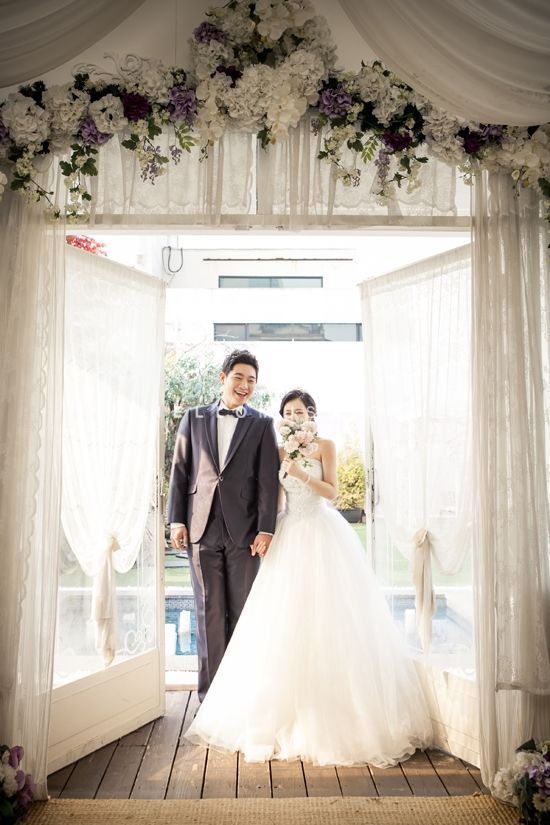 groom and bride, bride and groom, floral concept pre wedding photo shoot, Korea pre wedding photography, Korean style pre wedding photo shoot, classic wedding photography, hellomuse