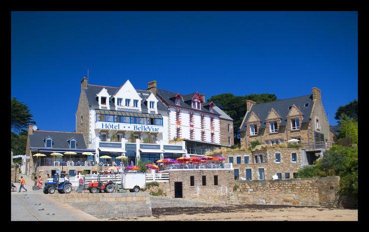 Port de Bréhat et Hôtel Bellevue. Bretagne.
