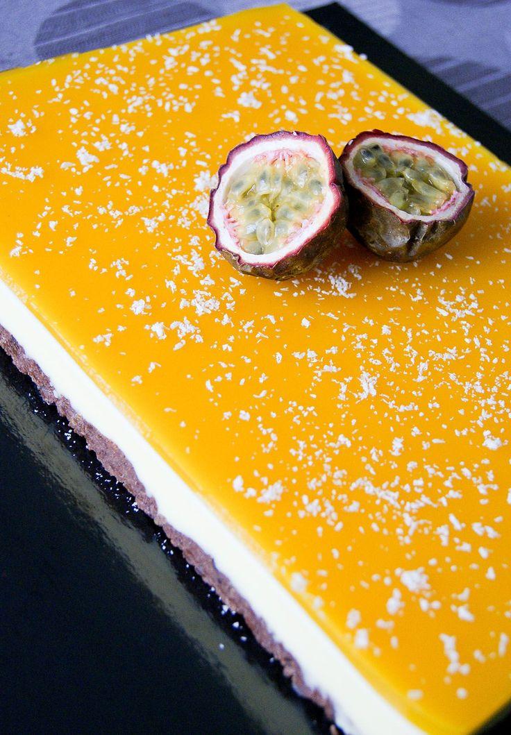 Un dessert coloré et exotique, ça faisait longtemps! J'ai (quand même) souhaité ajouter au goût des fruits, une petite touche chocolatée. Résultat: une base craquante au chocolat surmontée d'une mousse coco-chocolat blanc et d'un miroir aux fruits de la passion. L'alliance passion/chocolatest particulièrement savoureuse je trouve! Recette pour un cadre pâtissier 25x18cm: Base chocolatée – Mixer 300g de biscuits chocolatés (type Roudor ouBonne Maman). – Y ajouter100g de beurre fondu…