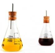 Estamos seguros de que en tu cocina habrá química entre el set de aceitera vinagrera probeta y tú. Un experimento con forma de probeta que te producirá una reacción de sorpresa y de incredulidad cuando la veas. Podrás servir estos aderezos como si fueran elementos de laboratorio.