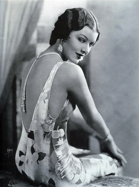 Necklace with long drop in the back, on classic actress Myrna Loy