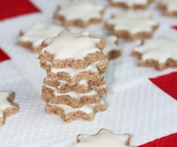Zutaten     3 mittelgroße Eiweiße  150 Gramm Sukrin Melis alternativ: Puderzucker  350 Gramm Mandeln gemahlen  1 Teelöffel Zimt  2...