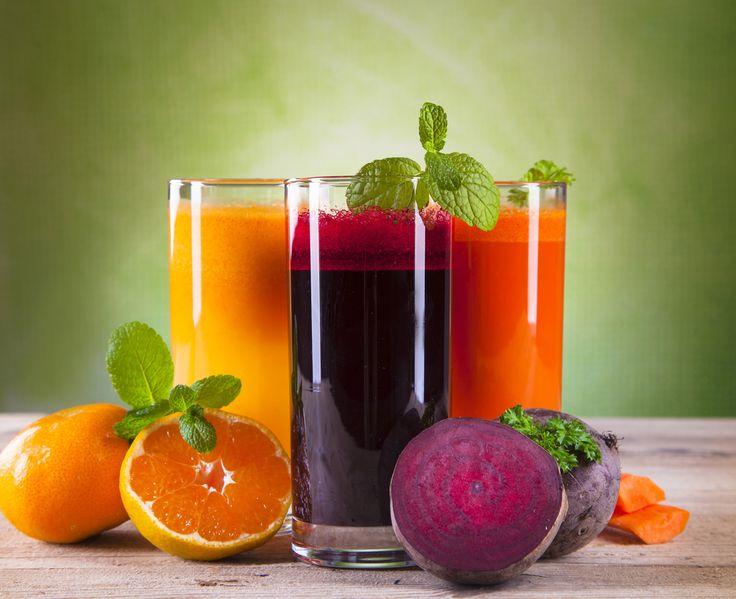 ЛЕТНИЕ ФРЕШИ  Солнечный фреш Этот фреш - отличное начало дня! Грейпфрут, морковь и пряный имбирь помогут получить заряд бодрости на много часов. Ингредиенты: 1 грейпфрут, очищенный, 4 средних моркови, 1 см корня свежего имбиря Приготовление: Грейпфрут очистить от кожуры и белых пленок. Морковь очистить и нарезать крупными кусочками. Имбирь натереть на мелкой терке. Выжать сок из моркови и грейпфрута, добавить имбирь и подавать.  Яблочно-лимонный фреш Этот освежающий фреш с пряной ноткой…