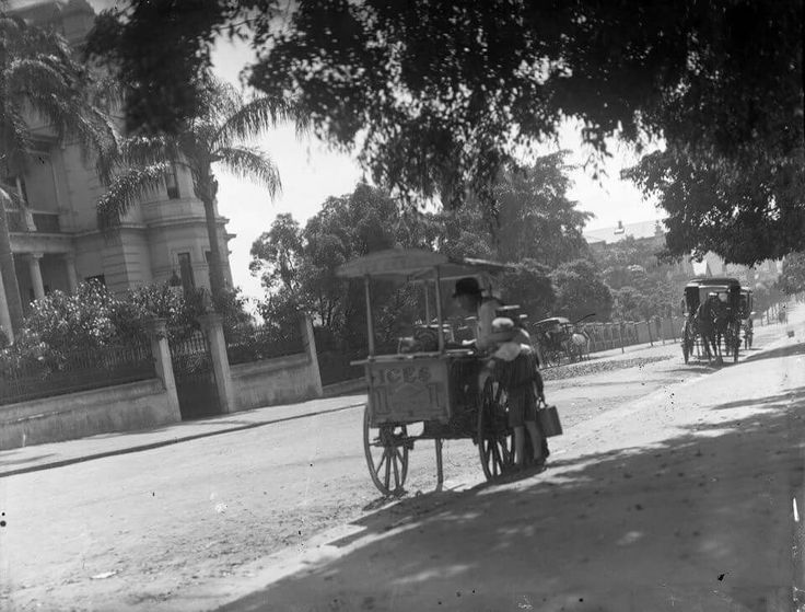 Selling ices in a Sydney scene in 1932. •City of Sydney Archives•