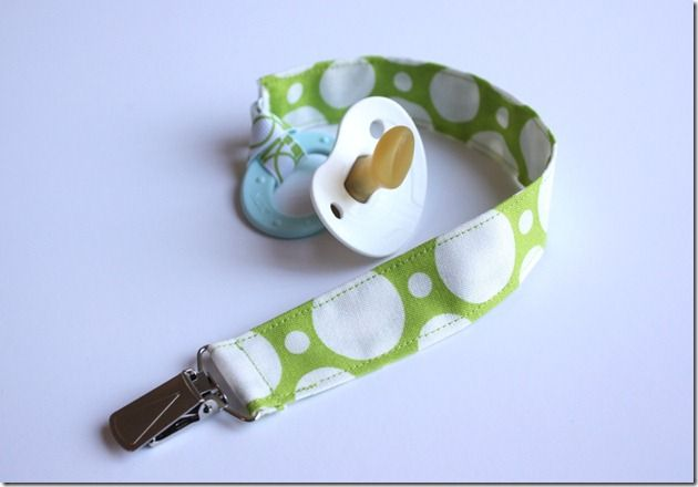 Easy tutorial for pacifier leash.Pacifiers Holders, Gift Ideas, Baby Shower Gift, Pacifiers Clips, Pacifier Clips, Sewing Machine, Crafty Cupboards, Clips Tutorials, Baby Gift