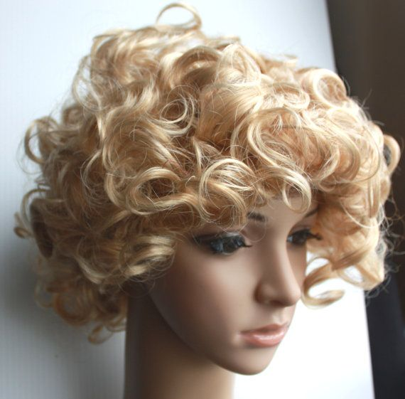 Short blonde curly wig. High quality synthetic wig by wigglywigs. Explore more products on http://wigglywigs.etsy.com