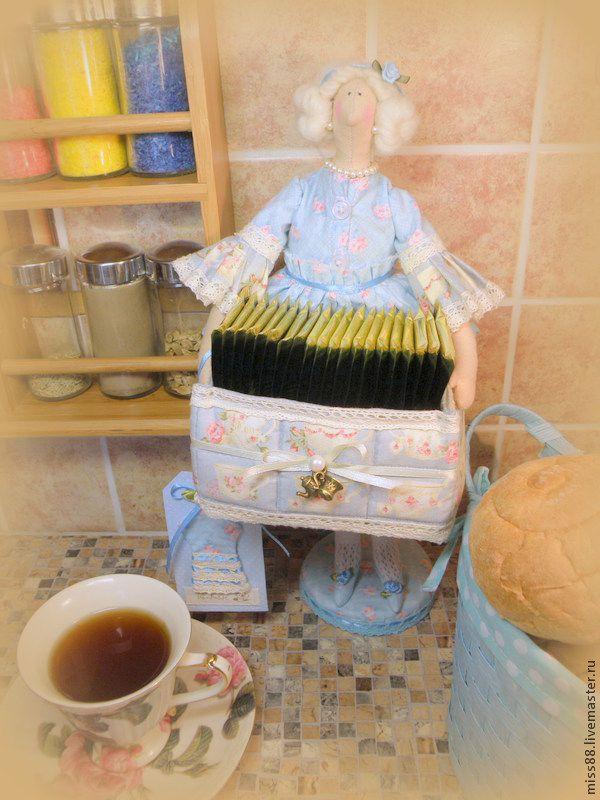 Представляю вашему вниманию мастер-класс по изготовлению чайной дамы в стиле тильда. Существует масса идей по практическому применению куколок-тильдочек – это и хранительница ватных дисков, и хранительница ватных палочек, и тильда-держатель для бумажного полотенца, а еще на просторах Ярмарки встретила очень интересный вариант – хранительница школьного расписания («Браво!