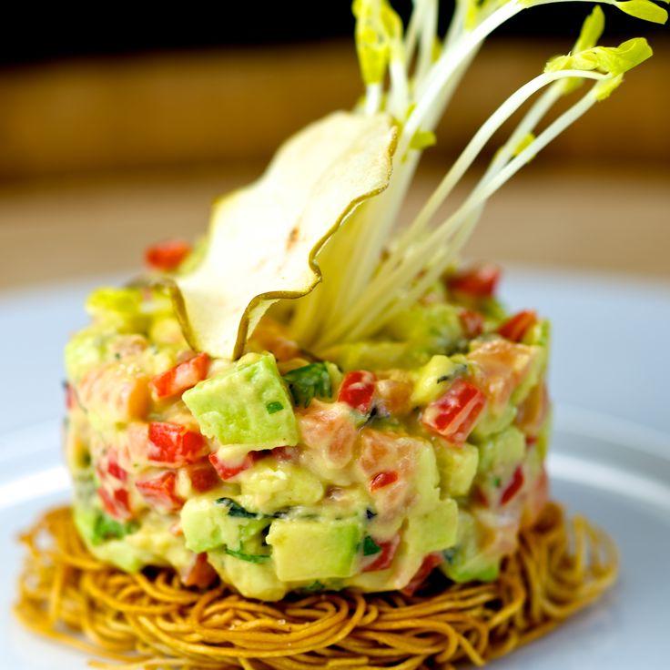 Tartare de saumon avocat et cumbava,salade croustillante de nouilles chinoises