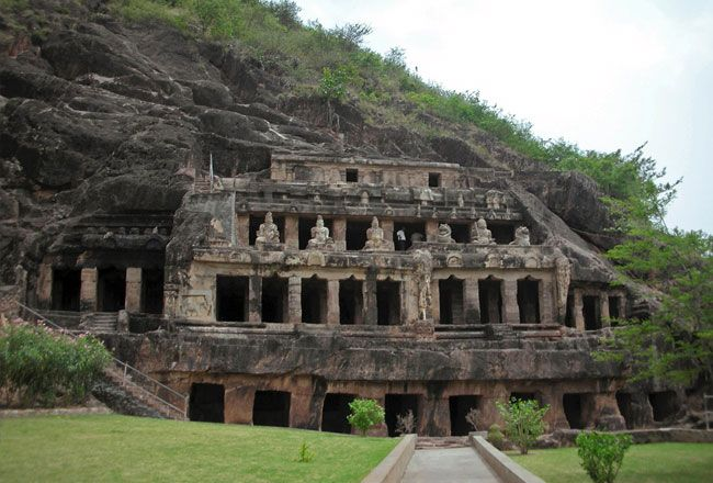 Undavalli caves Vijayawada The Undavalli Caves, a monolithic example of Indian rock-cut architecture and one of the finest testimonials to ancient viswakarma sthapathis, are located in Undavalli of Guntur district in the Indian state of Andhra Pradesh.