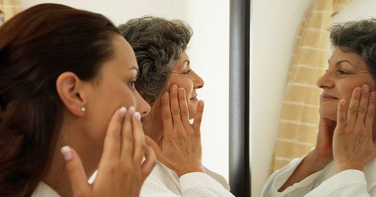 Diferença entre vaselina e geléia de petróleo. A vaselina é um produto doméstico comum usado por muitas pessoas como um protetor para pele, e lubrificante para a casa. Apesar de vaselina e gelatina de petróleo serem produtos relativamente barato com muitas utilidades, algumas pessoas têm questionado o seu uso para as áreas internas do corpo e a pele, como o nariz, boca e genitais. Existem ...