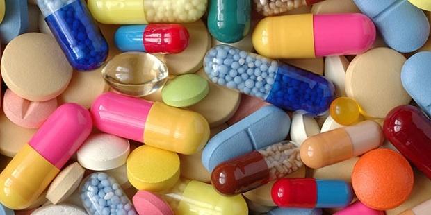 Antidepresanlar Kemik Kırığı Riskini ArtırıyorAntidepresan ilaçlar genel olarak, selektif serotonin geri alım inhibitörleri (SSRI) olarak bilinen çeşitli kimyasallar sınıfındadır.    Serotonin merkezi sinir sisteminde iyi hissetmeyi sağlayan vücudumuzda üretilen bir nörotransmitterdir.    Paxil, Prozac, Zoloft, Luvox, Lexapro, Effexor ve Celexa gibi değişik markalara ait SSRI ilaçları bulunmaktadır.