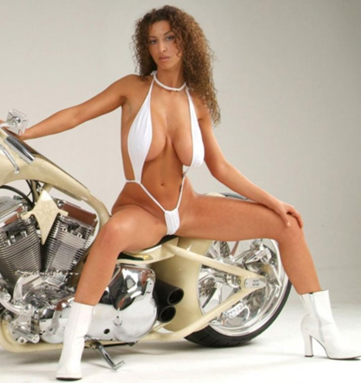 Tetas de mujer motociclista
