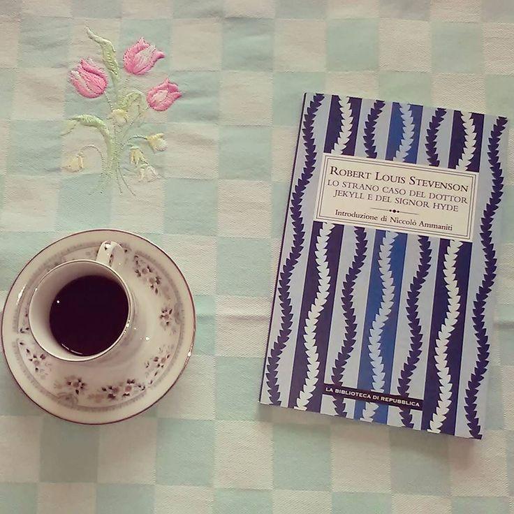 """La lettura di questo mese per la challenge/gruppo di lettura #unabloggerperamica organizzata da @valentina_bellettini @thereadingpal e @rosaria_sgarlata è """"Lo strano caso del Dr. Jekill e di Mr Hyde"""" di Stevenson. Un'ottima occasione per leggere un libro di cui ho rimandato la lettura da molto tempo. Il libro è piccolo ma le aspettative sono molte chi lo ha letto? Cosa ne pensate?  #libri #leggere #lettura #stevenson #drjekillemrhyde #classici #italiainlettura #romanzo #letteratura #libridalegge"""
