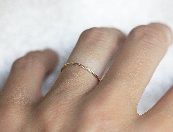 Sehr zarte verdreht 14 k gold Ring. Twist ist nur auf der Vorderseite. Dieser Ring kann auch als Midi Ring getragen werden.  Größen: 1,5-8 (größere und kleinere Größen sind verfügbar. Preis auf Anfrage) erforderlich, bitte Hinweis Größe beim Check-out. Metall erhältlich: 14kt/18kt Gelbgold, 14kt/18kt Weissgold, 14kt/18kt Rotgold, Silber.  Wenn du diesen Ring magst, bitte drücken Sie Pin es auf der rechten Seite des Bildschirms. Vielen Dank!  ELEMENT WERDEN AUSGELIEFERT MIT EXPRESS-VERSAND…