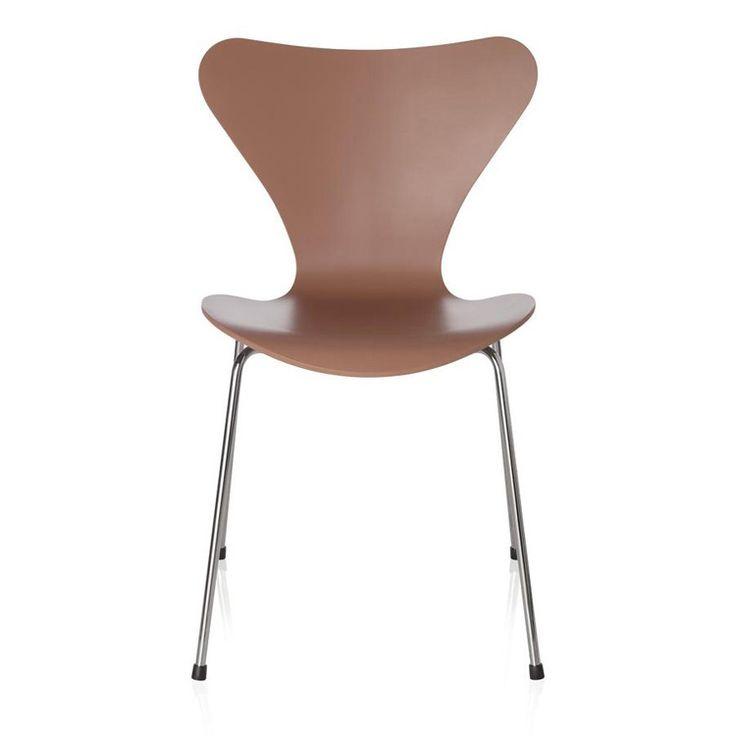 """Fritz Hansen Serie 7 Stuhl. Viele Farb- und Holzvarianten im Shop verfügbar. Hier in """"Chocolate Milk Brown""""-Lackierung. prooffice.de #chair #stuhl #holzstuhl #holz #wood #woodenchair #design"""