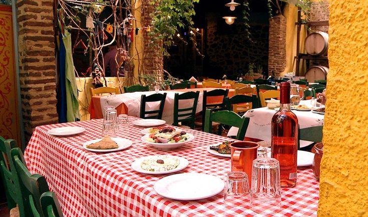 Στέκια που σερβίρουν κλασικές ελληνικές γεύσεις και χύμα κρασάκι, νοσταλγικά ταβερνάκια αλλά και μοντέρνα μεζεδοπωλεία που μας χορταίνουν με καλό φαγητό σε σωστή σχέση ποιότητας-τιμής. Τα δοκιμάσαμε και σας τα προτείνουμε.