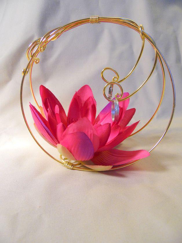 Panier à alliane avec du fil aluminium de couleur doré et une fleur en tissu dans les tons rose fushia. Les boucles se referment pour un meilleur maintien des alliances. Vendu sans alliances.