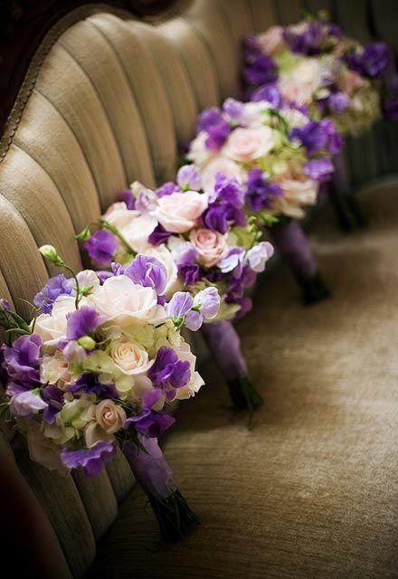Buquês de rosas, lisiantos e orquídeas para damas adultas. #casamento #noivas…