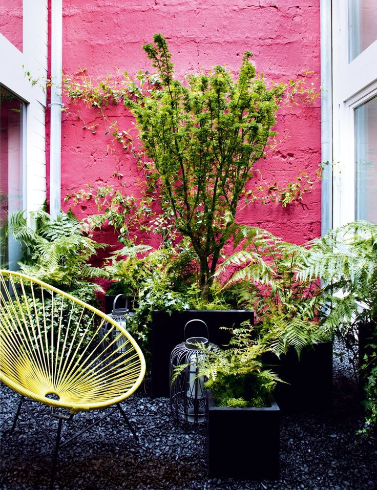 I love the pink - my outdoor wals are cream and red - think I'm going to have to go pink where there is red - love love love this!  7 petits jardins de ville qui ont du style - Marie Claire Maison