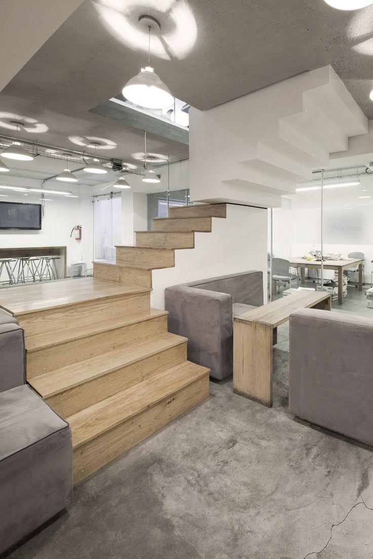 Imágenes dea escalera interna como nucleo central del proyecto en las nuevas oficinas que diseñamos y construimos para agencia de marketing, se desfasa como una resultante al programa de acuerdo al nivel en que se encuentra.  Es a través de la escalera que logramos conectar los 4 niveles de la agencia creando una atmósfera de interacción & informal meeting spots.