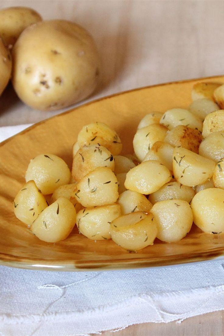 """Le patate alla parigina (o pommes parisiennes) sono dei croccanti e saporiti patate di forma rotonda saltate in padella con il burro e aromatizzate al timo. Per ottenere questo taglio a palline si utilizza l'apposito utensile """"lo scavino"""", si scava la polpa della patata per ottenere delle palline; questo taglio è adatto alla frittura, alla cottura a vapore e alla stufatura per essere usate come contorno di carne e pesce."""