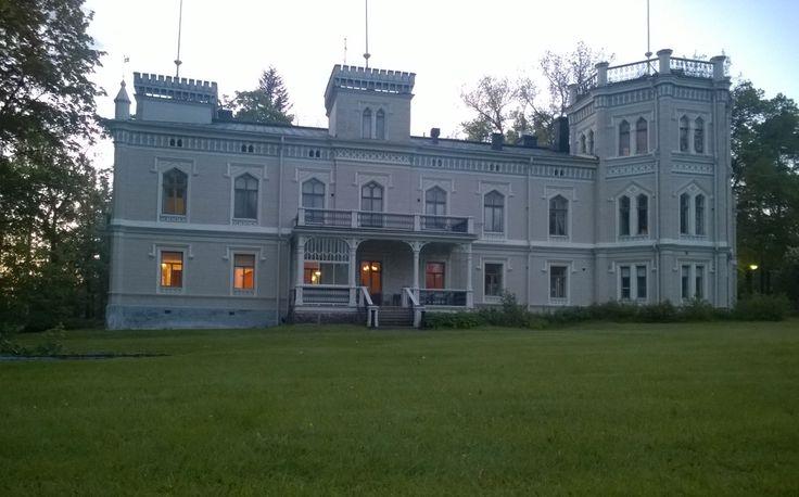Karhulan Hovi, Kotka. Rakennettu 1800-luvun loppupuolella. Foibelaiset starttasivat valmennuksensa täällä. Kummituksia etsittiin, mutta löysikö kukaan?