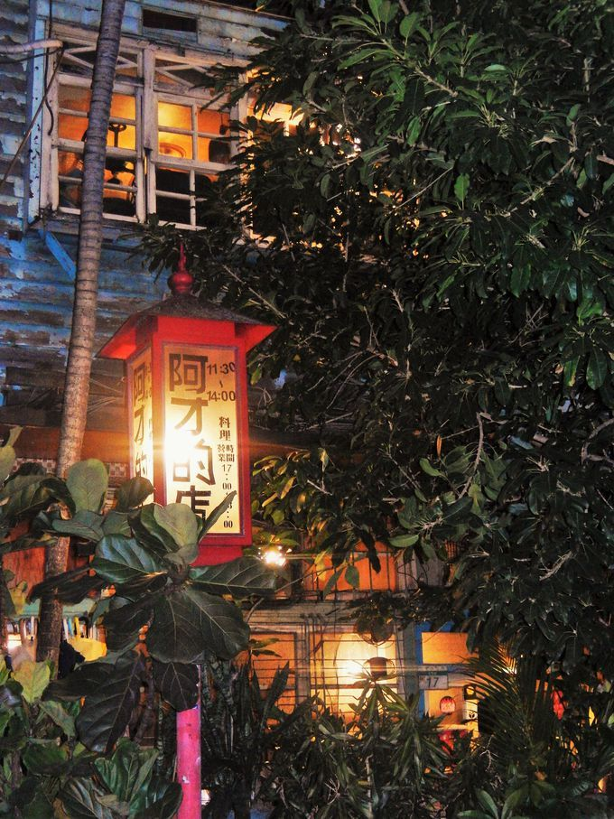 親日家が多い台湾には日本の居酒屋を真似た日式居酒屋が数多くあります台湾に居ながら日本と同じような雰囲気でお酒を飲むことができますが旅行で訪れたら地元の人が集う居酒屋でその土地ならではのムードをたっぷり味わいたいもの そんなローカル体験をしたい方にお勧めなのが台北にある阿才的店 NHKBSプレミアムの世界入りにくい居酒屋でも紹介された熱いお店なんです