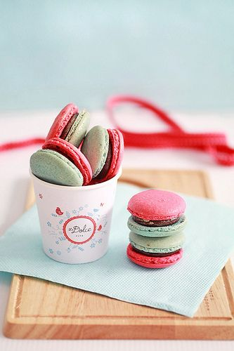 Charmingly adorable red and green Christmas macarons. cookies macarons Christmas food baking