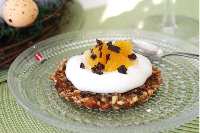 Minipåsktårta med frukt och choklad. Söt påsktårta i miniformat. Toppingen kan varieras på många olika sätt med tex. frukter, bär eller påskgodis.