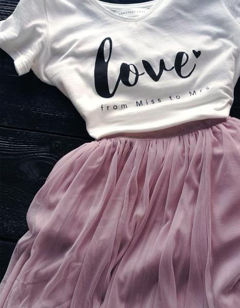 T-Shirt – LOVE from Miss to Mrs! Designed in Berlin – Made in EU Designer Constant Love® Kurzer Tüllrock – Hochzeitsrock – Braut Standesamt Dieser Tüllrock ist ideal für die Kombination mit einem Oberteil, Body oder Bluse