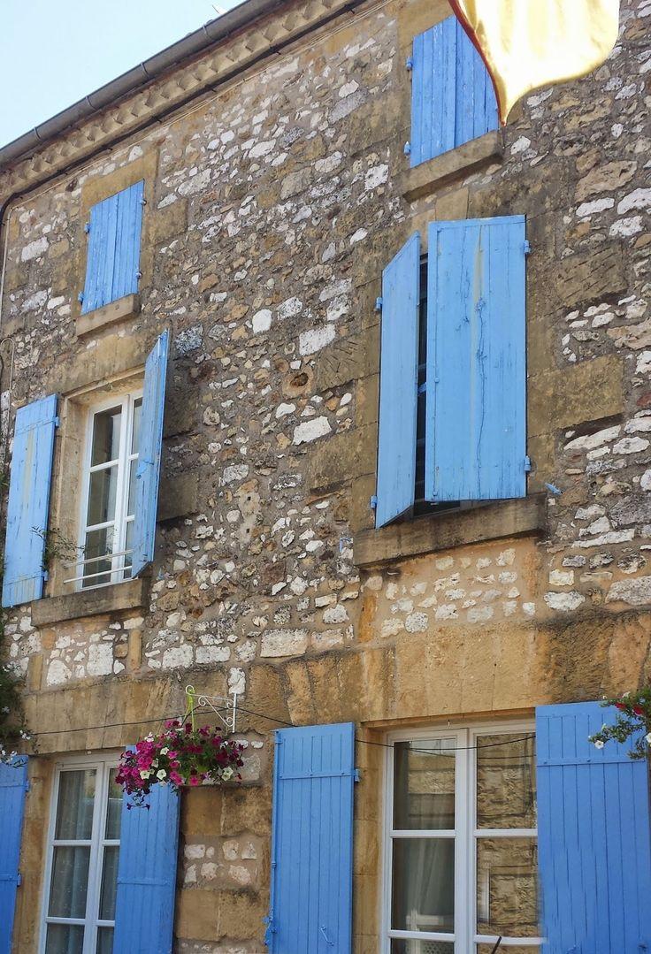 Blauwe luiken in de Dordogne, zo mooi!