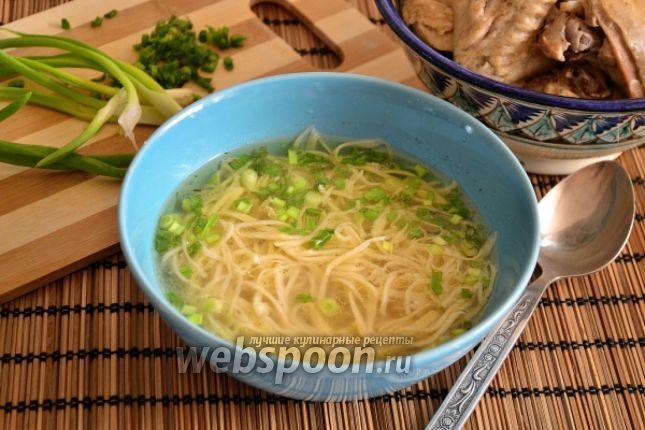 Готовим татарский суп Это самый распространённый суп в татарской кухне — суп-лапша домашняя или токмач по-татарски. Готовится на различном бульоне — с говядиной, с курицей или с бараниной. Часто приготовленную лапшу сушат и хранят, в дальнейшем используя для приготовления супов. Отличие татарского токмача от других похожих восточных блюд, что лапша нарезается тонко. Варится такой суп чаще всего без картошки. В деревнях иногда варят с картошкой. У родственников моего мужа в татарской дере...
