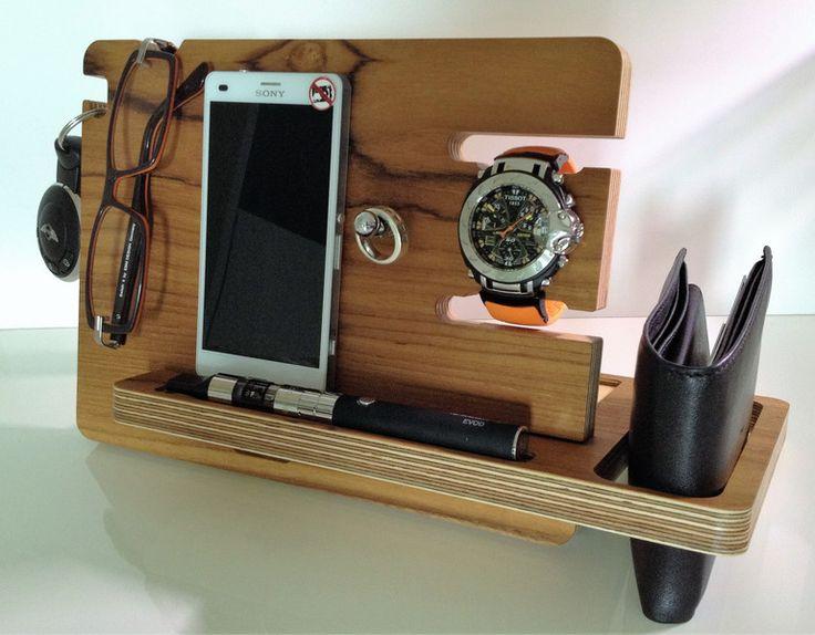 Nicht nur ein Halter für Ihr Smartphone, sondern auch eine Docking-Station für Ihre Brieftasche, Uhr, Schlüssel, Stift, Ringe, etc.. Einfache Montage durch zusammenstecken der beiden Teile. Für...