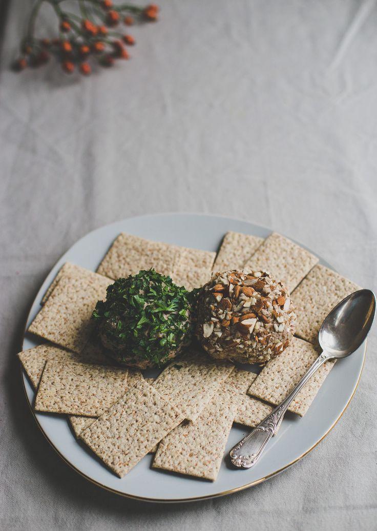 Er wordt ons vaak gevraagd of wij kaas wel eens missen, nu we veganistisch eten. Inmiddels, na vier jaar, zijn wij wel een beetje over onze 'kaasissues' heen, maar dat neemt niet weg dat we nog steeds weten hoe lekker we kaas vroeger vonden.Bijvoorbeeld op een toastje, bij de borrel. En natuurlijk, een toastje met … Lees verder Vegan 'kaas' →