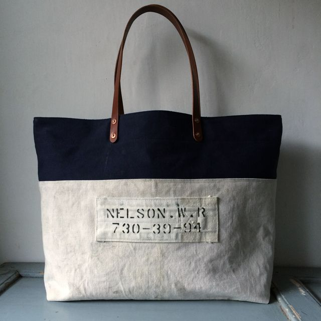 USN and USAF vintage canvas remake tote bag.Bottom is USN, upper is USAF. Both canvas are very good vintage condition. No hole, no lips. IND_BNP_0158 W58cm H38cmD14cm Handle59cm