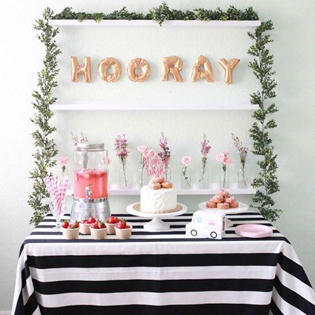 Definitivamente menos é mais! Estou encantada com essa proposta simples e elegante para um chá com as amigas! Super possível de fazer em casa, né? ❤️ - In love with this bridal shower idea! So cute!! {: @sookimphoto} #berriesandlove #chádepanela #bridalshower #partyidea