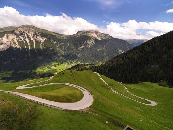 Strassen Schlange in Graubünden.