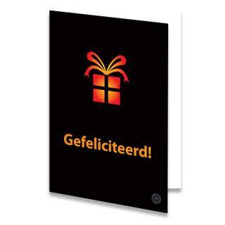 """Een verjaardagskaart voor een kind met een oranje cadeau. Onder het cadeautje staat de tekst """"Gefeliciteerd!"""" in oranje letters geschreven. De achtergrondkleur is zwart. De binnenkant van deze verjaardagskaart is helemaal wit, daar kun je zelf nog teksten en foto's of allerlei leuke afbeeldingen aan toevoegen."""