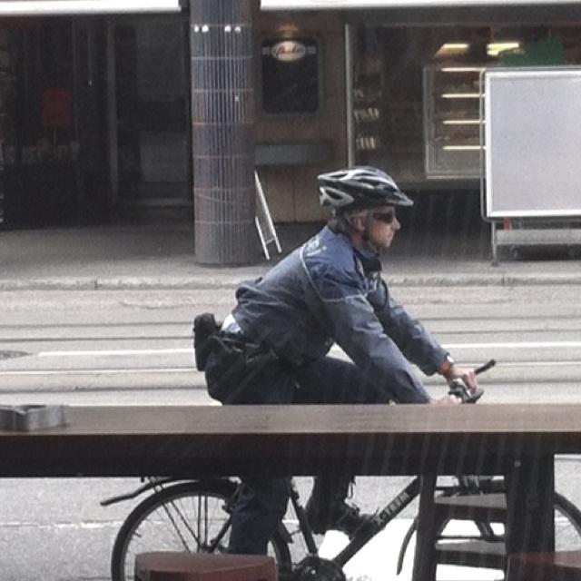 Die Fahrradjacke der Polizei ist zu kurz. #vbz picture Zürich