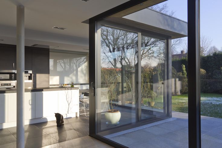 https://flic.kr/p/c8PC81 | Aluminium woonveranda modern, uitbouw keuken, woonveranda | Woonveranda modern : Woonveranda modern : binnenaanzicht op keukengedeelte, Reynaers schuiframen en tuin (ADR Construct)