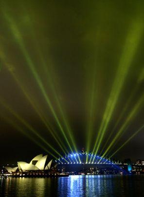 Kuantum Fiziği -  Fizik. Net. Tr Resimde Sydney üzerinde görülen bu ışık hüzmeleri, acaba parçacıklardan mı yoksa dalgalardan mı yapılmıştır. İşte Planck ve arkadaşları sadece ışığın değil bütün maddelerin hem parçacık hem de dalga karakteri olduğunu gösterdi.